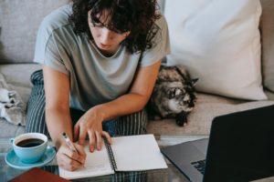 Frau überwindet Prokrastinati